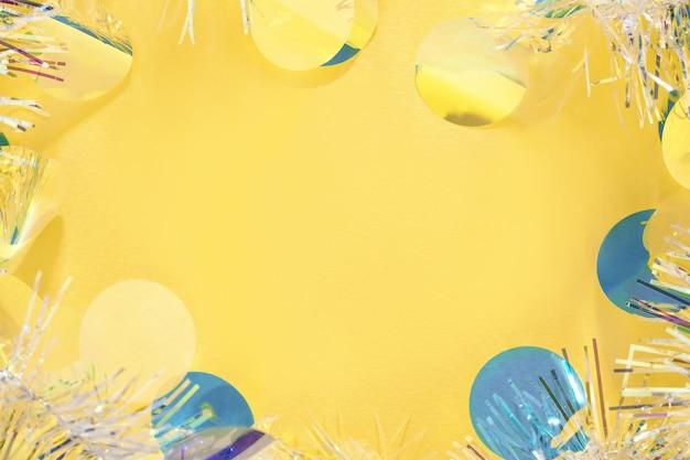 黄色のコピースペースの背景にクリスマス見掛け倒しの花輪フレーム。