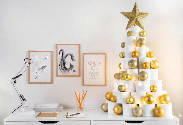 クリスマストイレットペーパーの木とオフィスの文房具