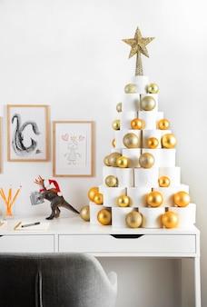 テーブルの上のクリスマストイレットペーパーの木