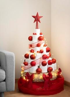 Рождественская елка из туалетной бумаги с красной звездой