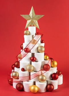 Рождественская елка из туалетной бумаги с желтыми и красными елочными шарами