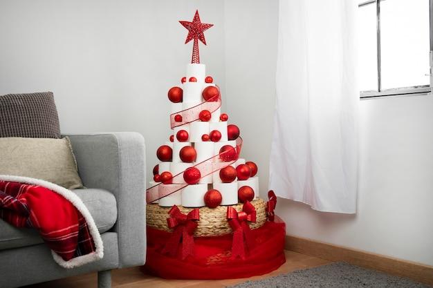 Рождественская елка из туалетной бумаги