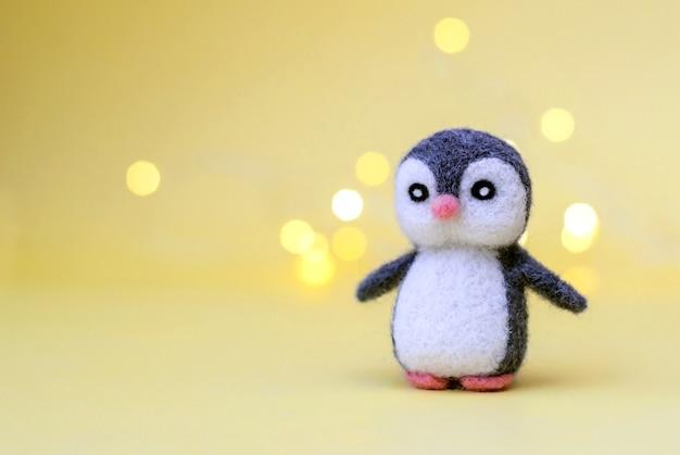 クリスマス グッズ フェルト ウールかわいい小さなペンギン ボケ ライトが付いている黄色の表面