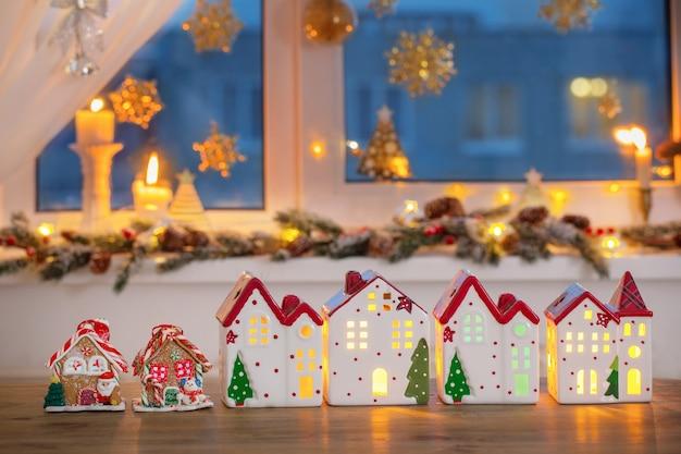 Елочные игрушки домики с украшенным окном