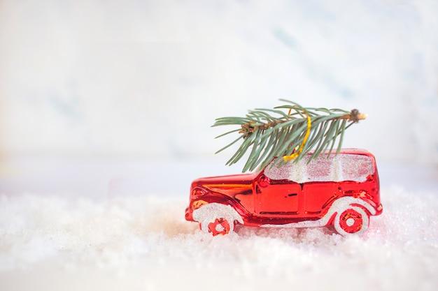 Новогодняя игрушка на снежном фоне.