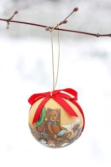 겨울 정원에서 크리스마스 장난감