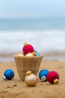 바다 모래 해변에 크리스마스 장난감