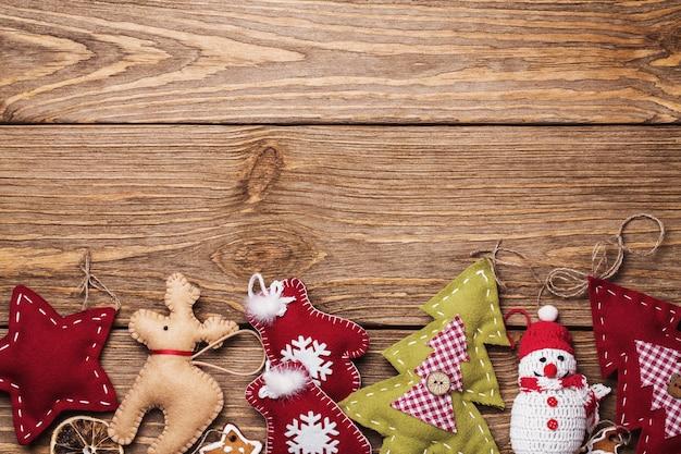 텍스트에 대 한 공간을 가진 나무 테이블에 크리스마스 장난감