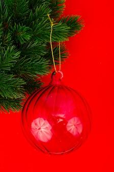 Новогодняя игрушка на еловой ветке с местом для текста, рождественская концепция.