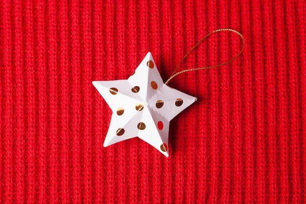 Новогодняя игрушка на красном рождественском свитере