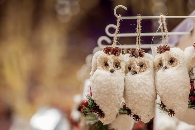 クリスマスツリーのクリスマスおもちゃ新年の装飾装飾されたショーウィンドウ