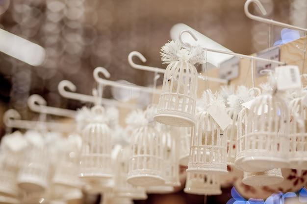 クリスマスツリーのクリスマスおもちゃお正月飾り飾られたショーウィンドウ