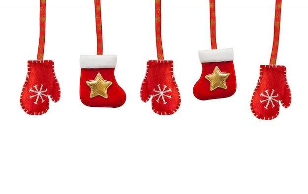 クリスマスグッズの赤いブーツと手袋、白で隔離