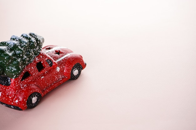 ベージュのクリスマスグッズの赤い車。クリスマスの組成物。