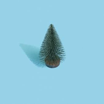 パステルブルーの背景にクリスマスのおもちゃの木