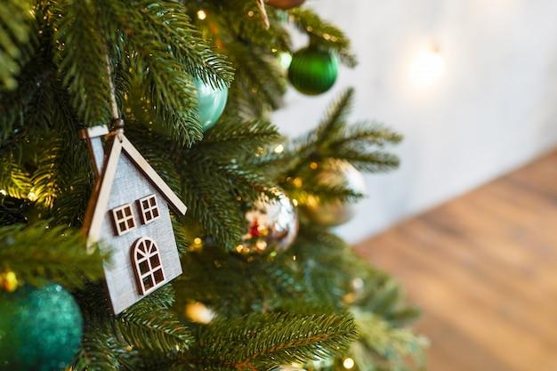 Новогодняя игрушка деревянный домик на еловой ветке, новогодний скандинавский декор