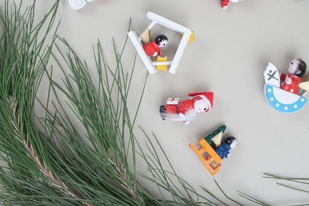 クリスマスのおもちゃとベージュの表面の枝