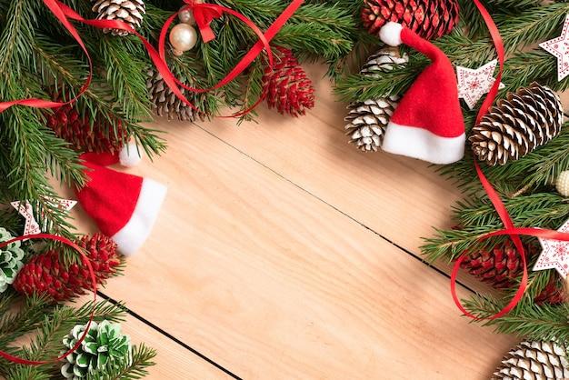 Елочные игрушки и шишки с еловыми ветками на рождество.