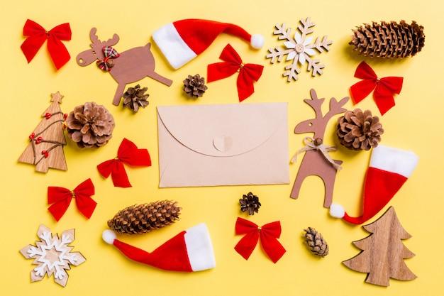 クリスマスのおもちゃと装飾。クラフト封筒の平面図。