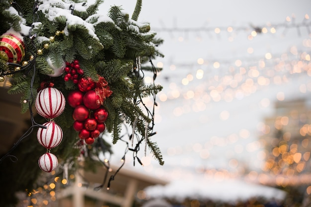모스크바 중심부에 있는 가문비나무 가지에 크리스마스 장난감과 화환이 걸려 있다