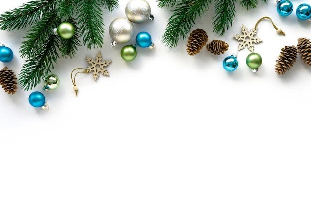 화이트 크리스마스 장난감, 콘 및 전나무 가지