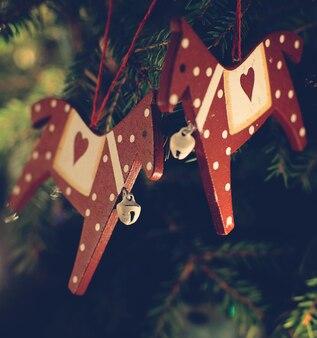 クリスマスのおもちゃは、クリスマスツリーの枝にぶら下がっています。
