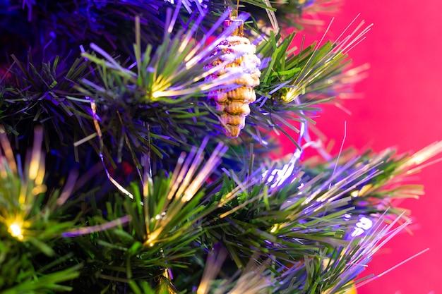 크리스마스 트리에 매달려 있는 크리스마스 장난감