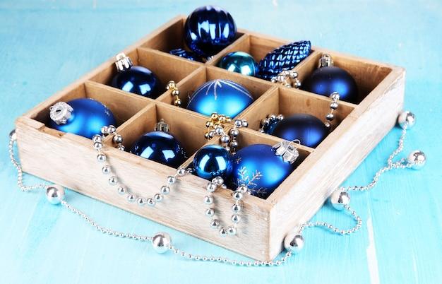 木製のテーブルのクローズアップのボックスにクリスマスのおもちゃ