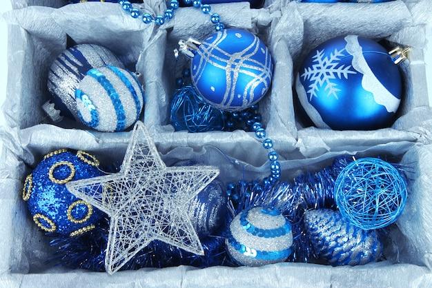 木箱のクローズアップのクリスマスのおもちゃ