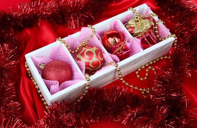 밝은 표면에 나무 상자에 크리스마스 장난감
