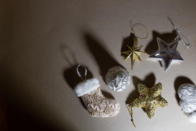 Рождественские игрушки на фоне охристой бумаги.