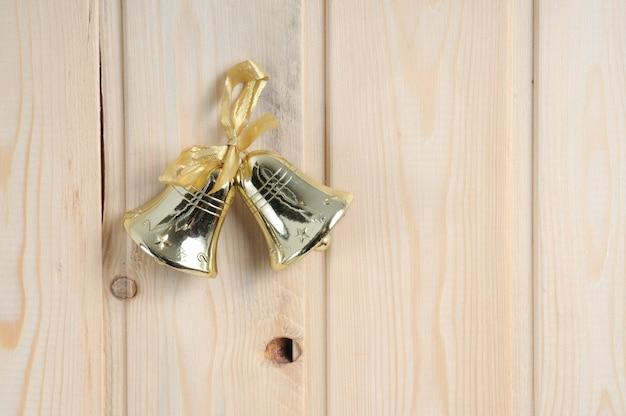 木製の壁の背景にクリスマスのおもちゃ