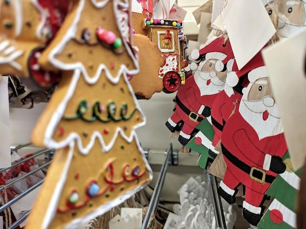상점의 선반에 있는 크리스마스 장난감