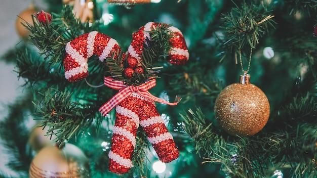 나무에 크리스마스 장난감