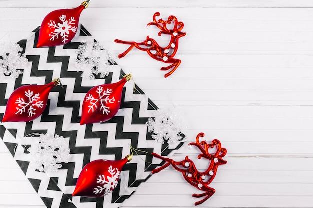Рождественские игрушки с оленем на светлом столе