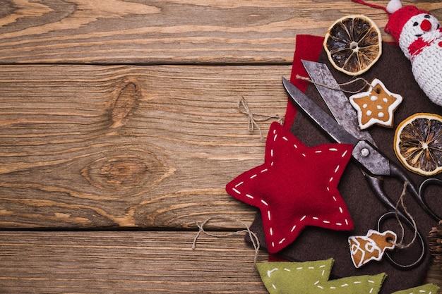 텍스트를 위한 공간이 있는 창의성을 위한 자체 손 도구가 있는 크리스마스 장난감