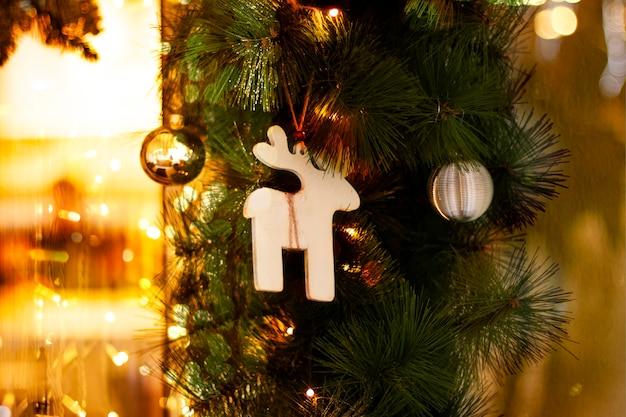 크리스마스 장난감 나무 사슴 황금 공과 새해 장식을 위한 전나무 가지에 화환