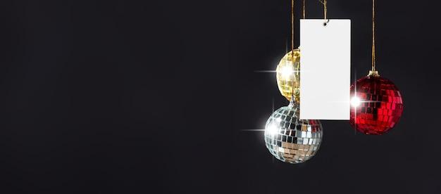 Рождественский товарный знак тег черный баннер с диско шары зеркало висит