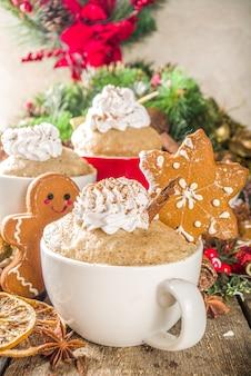 マグカップでクリスマスの伝統的なジンジャーブレッド。