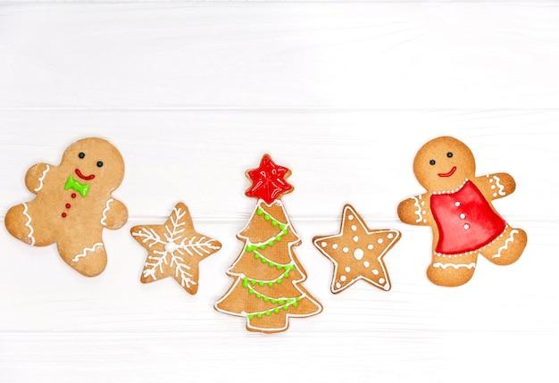 Рождественский традиционный пряничный человечек, елка, звездное печенье. набор милого печенья на рождество на белом