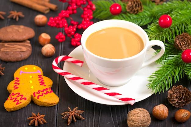 クリスマスの御馳走 - ジンジャーブレッド、マシュマロとホットチョコレート、シナモン、木の上のクローブ