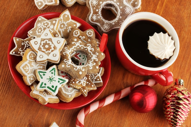 나무 테이블 클로즈업에 접시와 커피 한잔에 크리스마스 취급
