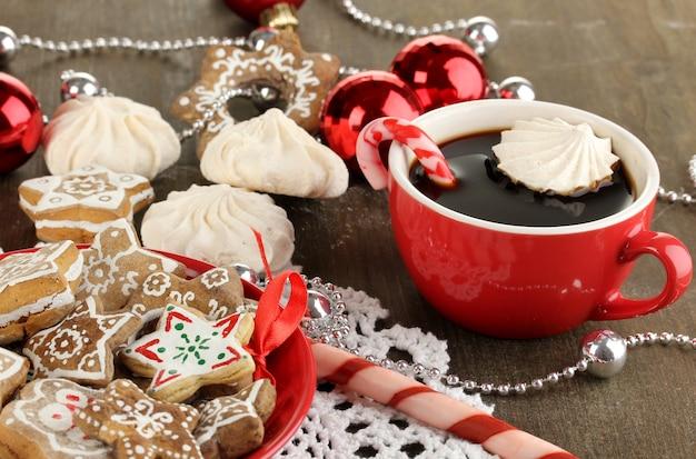 皿の上のクリスマスの御馳走と木製のテーブルのクローズアップのコーヒーのカップ