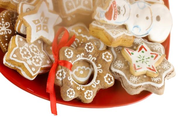 白で隔離される皿の上のクリスマスの御馳走