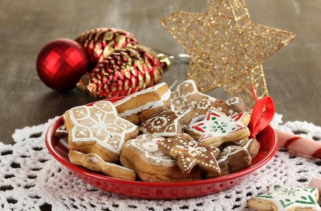 Рождественские угощения на тарелке на деревянном столе крупным планом