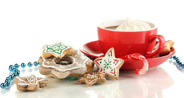 クリスマスは白い表面に隔離されたコーヒーのカップで扱います