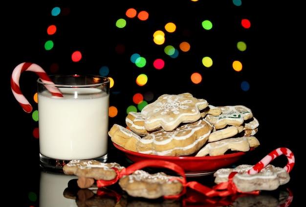 크리스마스 조명 배경에 우유 한 잔으로 크리스마스 취급