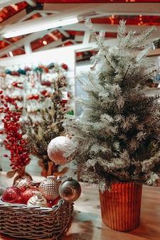 Елка и новогодние шары под на деревянном столе атмосфера новогоднего праздника