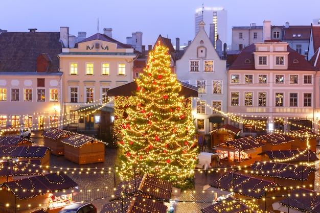 エストニアのタリンにある市庁舎広場のクリスマスツリーとクリスマスマーケット。航空写真