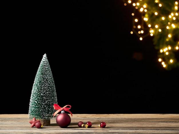 크리스마스 트리와 흐린 된 빛에 대 한 나무 테이블에 장식. 텍스트를위한 공간